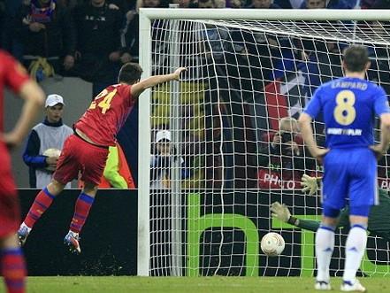 Rusescu (trái) ghi bàn thắng duy nhất của trận đấu. Ảnh: Reuters