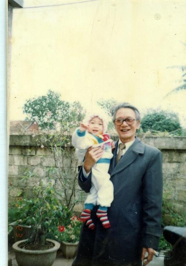 Chụp hình cùng ông nội