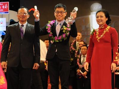 """Ông How Kam Chiong, Tổng Giám đốc Công ty Amway Việt Nam nhận giải thưởng             Rồng vàng với danh hiệu """"Thương hiệu được tin cậy năm 2012"""". Ảnh: PV"""