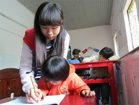 Phương đang dạy chữ cho các em khuyết tật