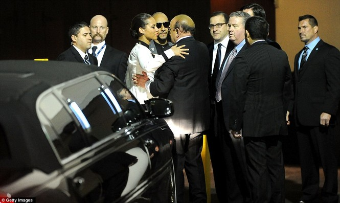 Nữ ca sĩ Alicia Keys chia sẻ nỗi đau buồn với người bạn thân nhất của Houston - nhà sản xuất Clive Davis khi cô tới tham dự bữa tiệc tiền Grammy do ông tổ chức