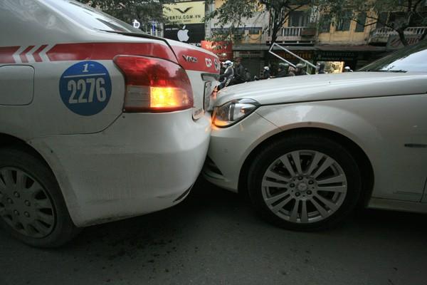 Ba ô tô đâm nhau trên phố - ảnh 4