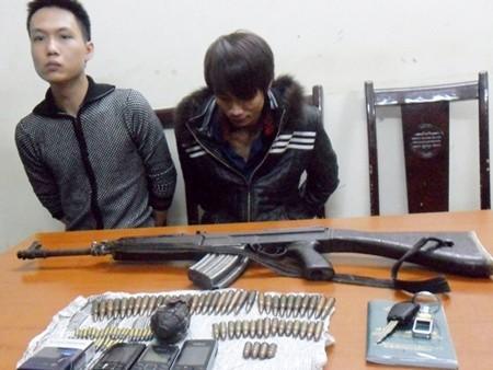 Những đối tượng sử dụng súng không đúng quy định sẽ bị xử lý theo pháp luật. Ảnh hai đối tượng bị lực lượng chức năng bắt giữ vì sử dụng súng trái phéo thời gian gần đây