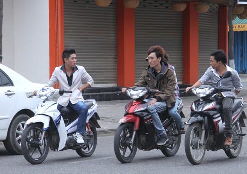 Nhóm thanh niên Đà Nẵng dạo phố không MBH