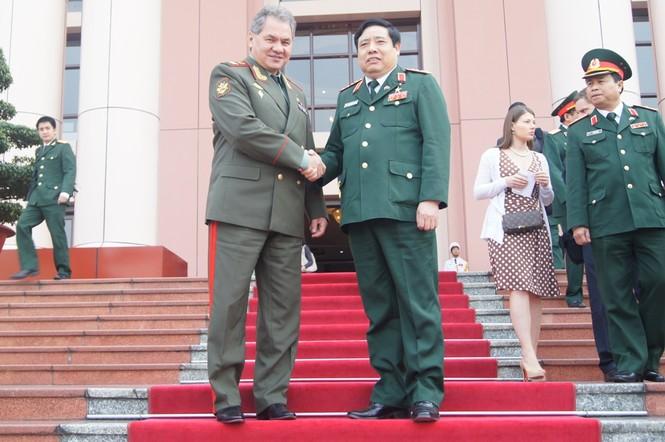 Đại tướng Phùng Quang Thanh tiễn người đồng cấp bên phía Liên bang Nga ra tận xe