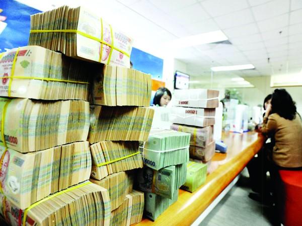 Tiền gửi dân cư sụt giảm, ngân hàng bắt đầu lo