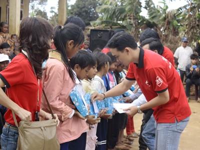 Trao quà cho các em nhỏ ở làng phong Bluk Blui