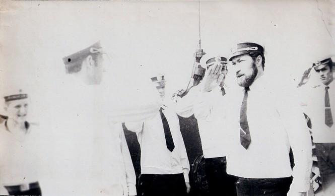Tháng Tư năm 1979, cảng Cam Ranh (Việt Nam), trợ lý thuyền trưởng thượng úy Isaev O.V. báo cáo thuyền trưởng đại úy hải quân Zabelin R.V. đội hình lớn đã tập hợp xong (lưu trữ của đại tá hải quân dự bị Shumnyi N.А.)
