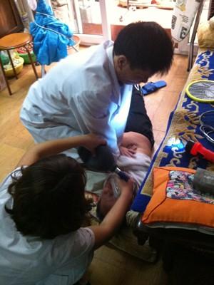 Bác sĩ Nguyễn Đức Hoàng cấp cứu bệnh nhân. ảnh: Th