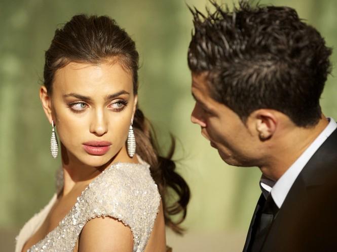 Ronaldo và cô bồ xinh đẹp Irina Shayk bị coi là có 'liên hệ' với thế giới ngầm             Ảnh: El Pais