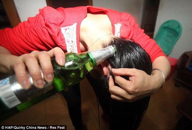 Cô thường xuyên gội đầu bằng bia