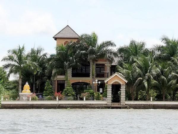 Khu nuôi cá giữa sông Hậu của bà Diệu Hiền, có tượng Phật tổ Như Lai và Phật Bà Quan Âm