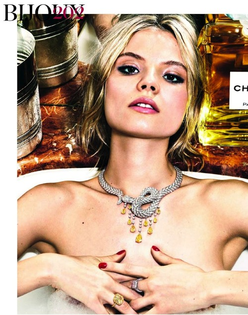Magdalena Frackowiak ngực trần khoe trang sức - ảnh 3