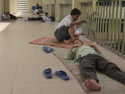 Bãi ngủ  của người nghèo - ảnh 1