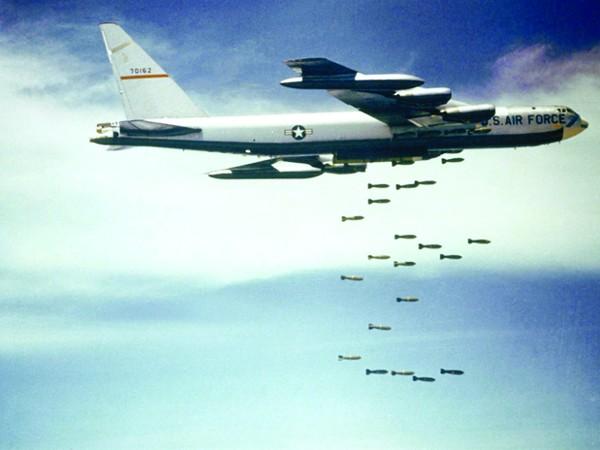 …kẻ thù trong quá khứ…(Máy bay B-52 của Mỹ ném bom Việt Nam - Nguồn: http://www.defensemedianetwork.com)
