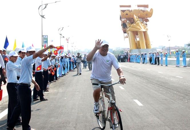 'Rồng thép' lớn nhất thế giới ở Đà Nẵng phun lửa - ảnh 5
