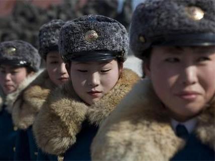 Các sĩ quan cảnh sát giao thông trước tượng của các nhà lãnh đạo quá cố Kim Il Sung và Kim Jong Il tại Bình Nhưỡng ngày 16/2