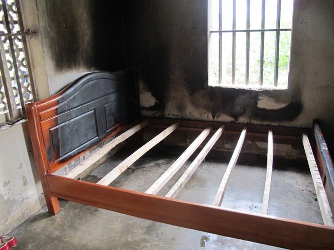 Chiếc giường mẹ con chị Luyến bị đốt cháy đen
