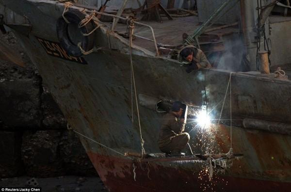 Công nhân sửa chữa tàu