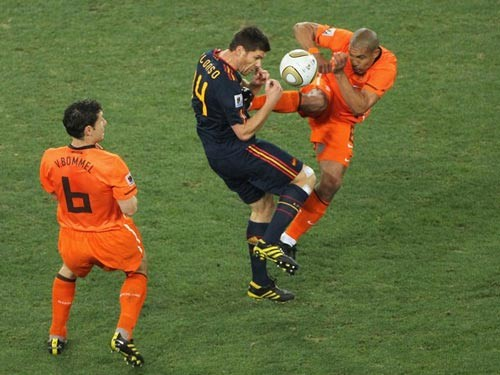 Cú kungfu của De Jong vào ngực Alonso trong trận chung kết World Cup 2010 chỉ nhận thẻ vàng.  Ảnh: Getty Images