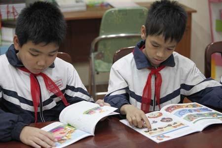 Đọc sách trong thư viện