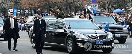 Chiếc xe limousine bọc thép này được làm riêng cho lễ nhậm chức tổng thống của Park Geun-hye