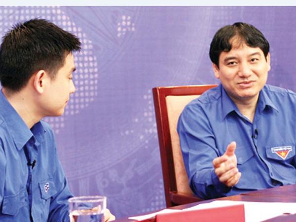 Anh Nguyễn Đắc Vinh (phải), Bí thư thứ nhất T.Ư Đoàn, chia sẻ tại buổi đối thoại. Ảnh: P.Hậu