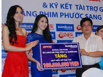 Phước Sang đang trao tặng 100 triệu đồng cho Quỹ Hiểu về trái tim do Hoa hậu Mai Phương Thúy và Đặng Thu Thảo làm đại diện