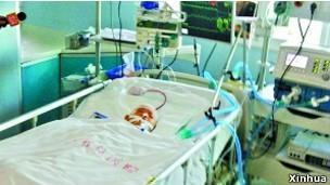 Bé Duyệt Duyệt đang trong tình trạng hôn mê tại phòng bệnh