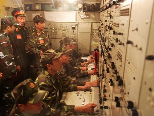 Trong phòng điều khiến của tổ hợp tên lửa S-300