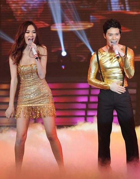 Ngọc Oanh và Nathan Lee quá sức với hit 'Đường cong' của Thu Minh. Ảnh: LVPH