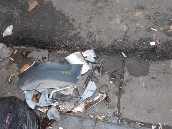 Chân chống, và một số thiết bị của chiếc SCR rời khỏi xe