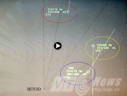 Vị trí hai chuyến bay khi chuyến bay CHH485 (màu vàng) đã được yêu cầu chuyển hướng. Màu tím là chuyến bay khác có độ cao và hướng bay không ảnh hưởng đến 2 chuyến bay kể trên.
