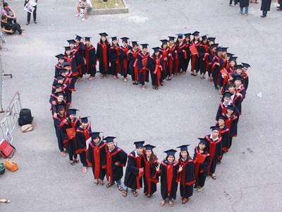 Việc làm, học tập là những vấn đề được bạn trẻ quan tâm tại cuộc đối thoại             (trong ảnh: Sinh viên xếp hình trái tim trong lễ tốt nghiệp). ảnh: Cẩm Kỳ