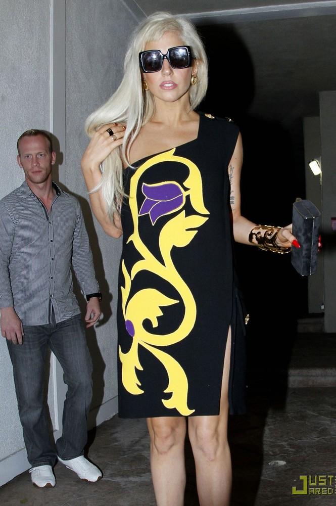 Lady Gaga 'bất ngờ' ăn mặc nữ tính - ảnh 7