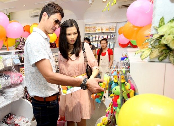 Huy Khánh đưa Mạc Anh Thư đi mua sắm đồ cho con.
