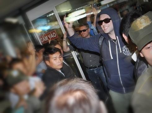 Nicky và Mark vẫy tay, mỉm cười chào fan Việt khi đặt chân xuống sân bay Nội Bài chiều 30-9