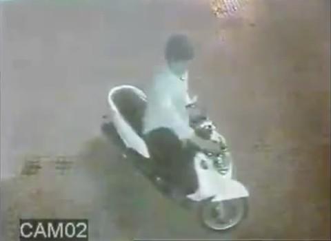 Sau đó hai tên đi xe máy chạy tới cùng nhau tẩu thoát