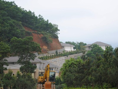 Biệt thự xây tại đồi Bơn nhìn ra hồ Đập Đống xã Vân Hòa. Ảnh: Tuấn Minh