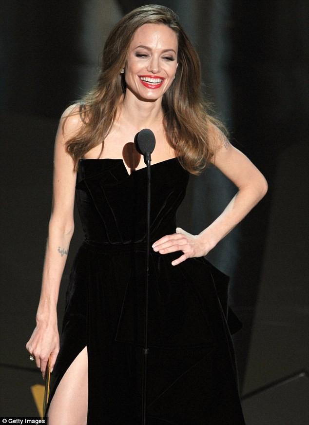 Jolie tiếp tục khoe chân khi lên sân khấu trao giải Chuyển thể kịch bản xuất sắc nhất