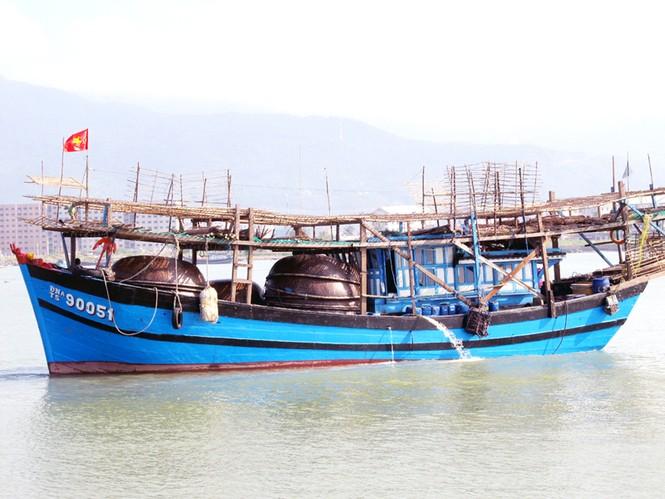 Một tàu câu mực chuẩn bị ra khơi Ảnh: Nam Cường