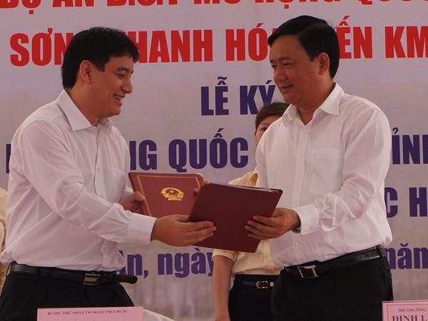 Anh Nhuyễn Đắc vinh (trái) ký thỏa thuận với Bộ GTVT