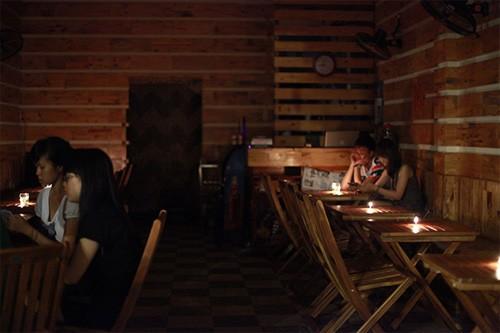 Quán cà phê cũng tắt đèn ủng hộ Giờ Trái đất.