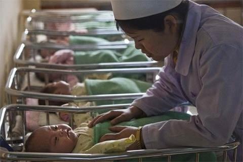 Một y tá chăm sóc trẻ sơ sinh bên trong Bệnh viện Phụ sản Bình Nhưỡng ngày 20/2