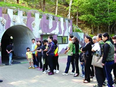 Du khách tham quan trước cửa Đường hầm số 4