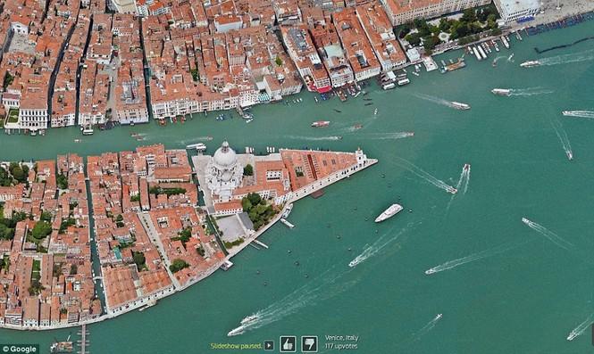 Hình ảnh thành phố Venice với tàu thuyền tấp nập hoạt động.
