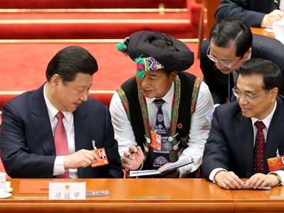 Đại biểu quốc hội Li Ye (giữa) đến từ tỉnh Vân Nam đang xin chữ ký Tổng Bí thư, Chủ tịch nước Tập Cận Bình (bìa trái) và Thủ tướng Lý Khắc Cường (bìa phải). Ảnh: China Daily