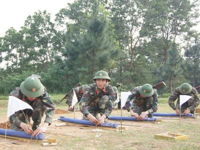 Các binh nhì thuộc Đại đội 1, Tiểu đoàn 9 chuẩn bị lượng nổ cho bài tập huấn luyện đánh chiếm đầu cầu