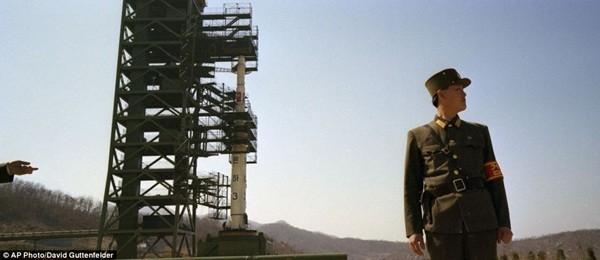 Chiến sĩ Triều Tiên đang canh giữ tên lửa Unha-3 vào tháng 4/2012