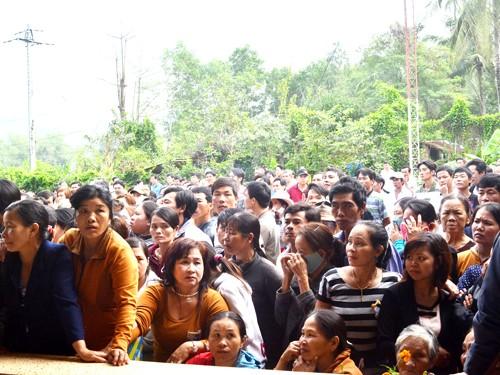 Rất đông người dân tới chứng kiến phiên tòa